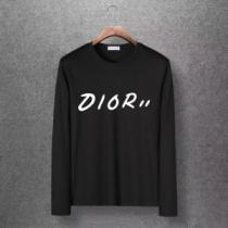 軽やかな気心地も嬉しい Diorスーパーコピー長袖tシャツ フロントにプリントロゴ付き   ディオールコピーメンズ 超人気美品セール中enshopi.com sn:KvWLfm-1