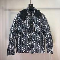 フェンディ 暖かおしゃれコーデ FENDI 暖かくてナチュラルな雰囲気 ダウンジャケット メンズ  普段使いやお仕事用としても使えるenshopi.com sn:4z8r0j-1