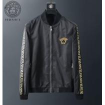 VERSACE ジャケット 限定 ゆるっとしたコーデを品良く メンズ ヴェルサーチ コピー ブラック ホワイト ロゴ入り 品質保証enshopi.com sn:P91Xnm-1